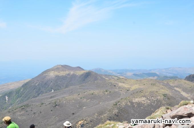 山頂から北側の硫黄山方面になります。