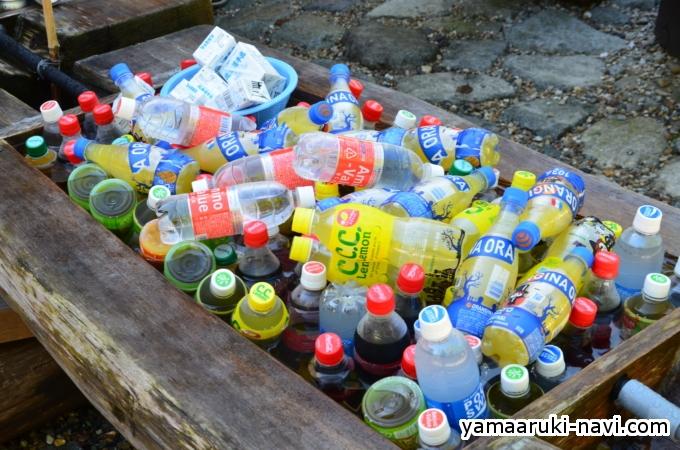 木製の水槽にジュースがいっぱい。