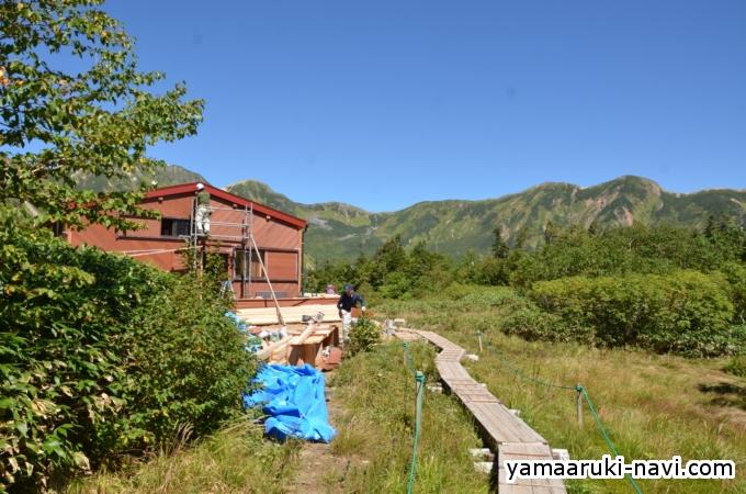鏡平山荘は一部工事中でした。