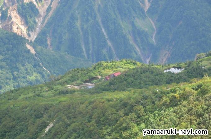 稜線からの鏡平山荘と鏡池