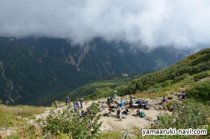 弓折乗越と鏡平小屋。槍ヶ岳方面は雲の中です。